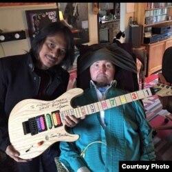 Gitaris Dewa Budjana dan gitaris Jason Becker yang mengidap penyakit ALS (foto/dok: Dewa Budjana)