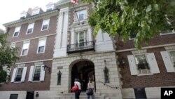 Salah satu gedung di Universitas Harvard (foto:dok). Polisi kampus Senin (16/12) menerima laporan yang belum bisa dikonfirmasi bahwa beberapa bom telah dipasang di kompleks kampus Harvard.