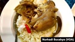 Tengkleng, kuliner populer yang diolah dari tulang kambing, dari kepala hingga kaki. (Foto: VOA/Nurhadi Sucahyo)