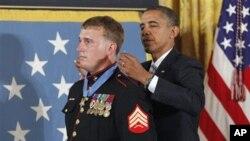 Медал на честа за маринецот Дакота Маер