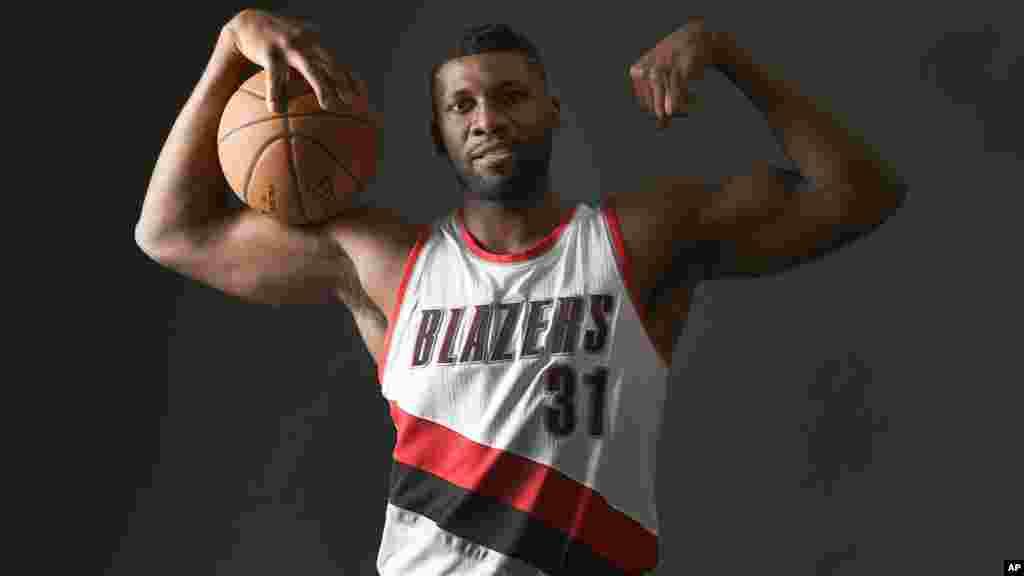 Ifeanyi Festus Ezeli-Ndulue, est un joueur nigérian de basket-ball. Il joue pour lesles Trail Blazers de Portland.