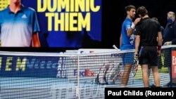 Novak Đoković i Dominik Tim na mreži posle polufinalnog meča završnog turnira sezone u O2 Areni u Londonu (Foto: Reuters/Paul Childs)
