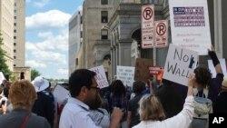 Para demonstran melakukan unjuk rasa menentang perintah eksekutif Presiden Trump di luar gedung pengadilan di Richmond, Virginia.