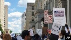 聚集在维吉尼亚州里士满的联邦法庭外的抗议者。(2017年5月8日)
