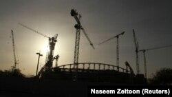 Pembangunan Stadiun Internasional Khalifa di Doha, yang akan menjadi salah satu stadion Piala Dunia 2022 di Doha, 26 Maret 2016.