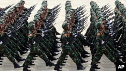 """Những người lính Việt Nam diễu binh binh quân trong ngày Quốc khánh 2/9/2015 tại Hà Nội. Thống kê của SIPRI về chi tiêu quân sự không cho biết con số chính thức của Việt Nam do """"đây là bí mật nhà nước"""" nhưng có thể thấy qua phần trăm GDP trong Sách trắng Quốc phòng."""