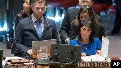 니키 헤일리 유엔 주재 미국대사(오른쪽)가 지난달 뉴욕 유엔본부에서 열린 안보리 회의에서 다른 참석자의 발언을 듣고 있다. (자료사진)