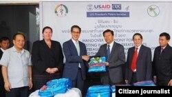 ອົງການ USAID ຂອງລັດຖະບານສະຫະລັດອາເມຣິກາ ກໍໄດ້ສົ່ງມອບມຸ້ງກັນຍຸງ ຈຳນວນ 120,000 ດາງ ເພື່ອໃຫ້ ທາງການລາວ ນຳໄປແຈກຍາຍໃຫ້ກັບປະຊາຊົນລາວ ໃນແຂວງບໍລິຄຳໄຊ ຄຳມ່ວນ ອຸດົມໄຊ ຜົ້ງສາລີ ໄຊຍະບູລີ ສາລະວັນ ແລະ ສະຫວັນນະເຂດ.