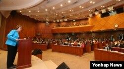 북한자유연합 수잔 숄티 대표(왼쪽)가 29일 한국 국회 헌정기념관에서 열린 북한인권과 정치범수용소해체 기자회견에 참석해 인사말을 하고 있다.