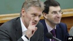 Дмитрий Песков (слева)
