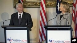 US Secretary of State Hillary Rodham Clinton, right, looks at US Secretary of Defense Robert Gates as he speaks during a news conference at Government House in Melbourne, Australia, 08 Nov 2010
