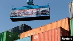 Sebuah kontainer sedang dimuat ke kapal kontainer China pertama yang berlayar setelah peresmian pelabuhan Koridor Ekonomi China Pakistan di Gwadar, Pakistan, 13 November 2016.