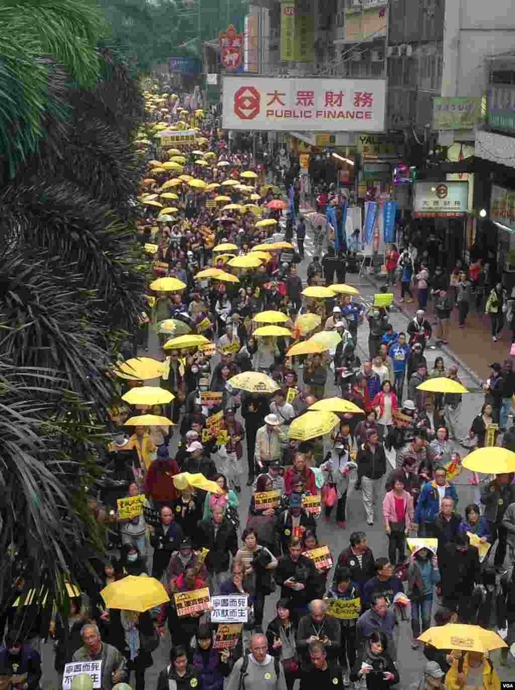 数万港人参与民阵争取真普选大游行(美国之音海彦拍摄)