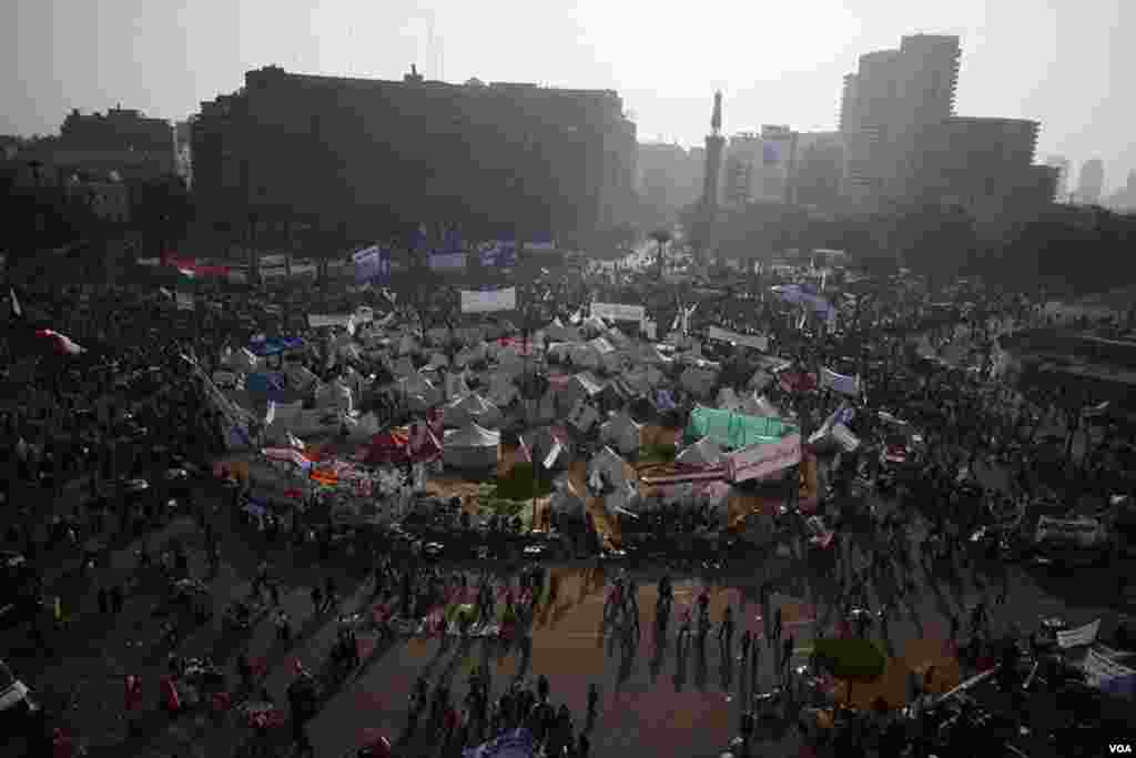 Thousands of people gather in Tahrir Square to protest Egyptian President Mohamed Morsi's recent consolidation of power, November 30, 2012. (Y. Weeks/VOA)