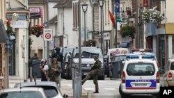 Des soldats français patrouillent dans les rues de Saint-Etienne-du-Rouvray, en France, le 26 juillet 2016.