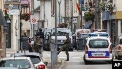 Tentara Perancis berjaga di dekat TKP serangan terhadap sebuah gereja di Normandy, Perancis Selasa (26/7).
