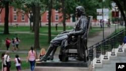 美国哈佛大学校园里的约翰·哈佛塑像。(2019年8月13日)