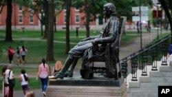 美國哈佛大學校園裡的約翰哈佛塑像。(2019年8月13日)