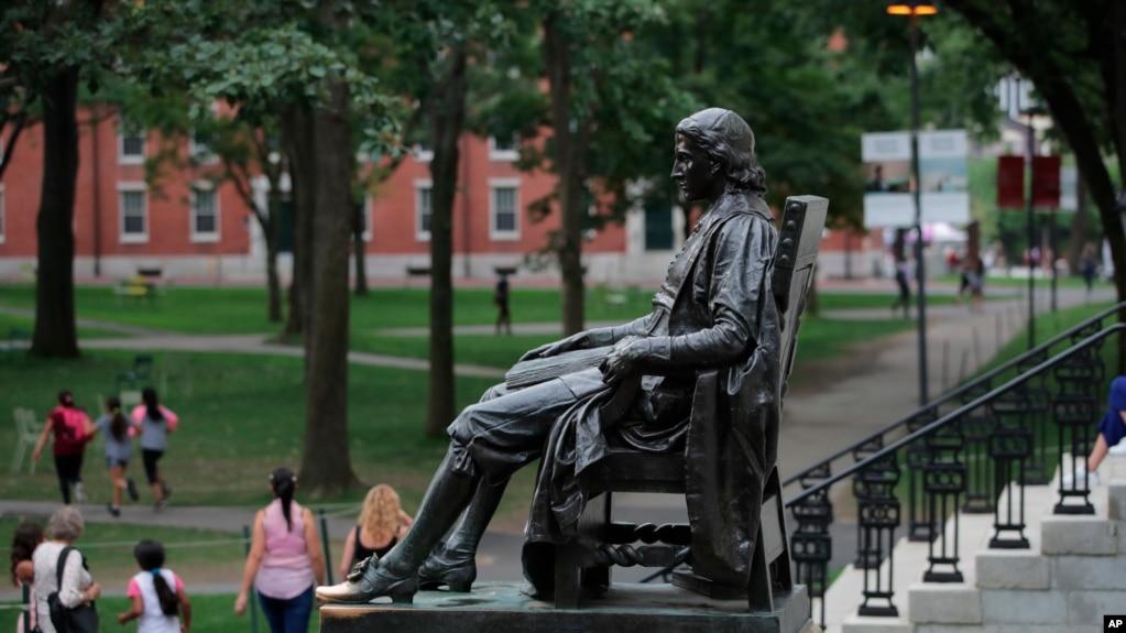 美国哈佛大学校园里的约翰·哈佛塑像。(2019年8月13日)(photo:VOA)