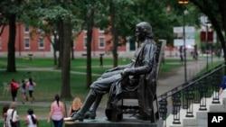 Estátua de John Harvard na universidade com seu nome