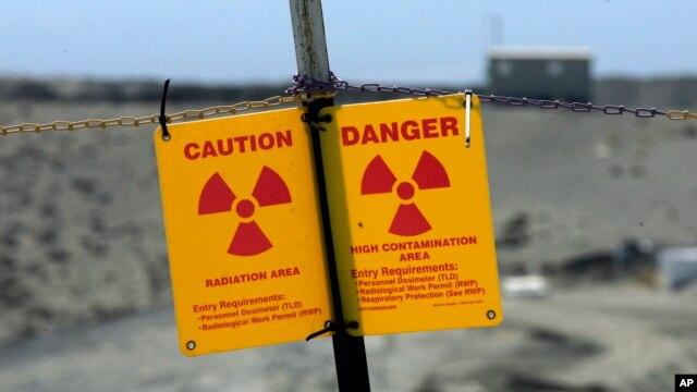 Sebuah papan mengingatkan bahaya radiasi di Reservasi Nuklir Hanford dekat Richland, negara bagian Washington (Foto: dok).