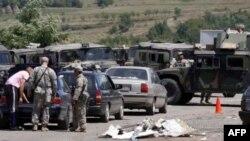 Американские солдаты из состава международных сил в Косово проверяют автомобили на сербско-косовской границе. 28 июля 2011г.