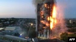 Foto yang dikirim oleh penduduk setempat Natalie Oxford tanggal 14 Juni 2017 ini, menunjukkan api kebakaran dan asap hitam dari Grenfell Tower, apartemen bertingkat 24 di London barat. (Foto: dok).