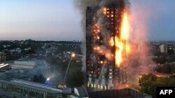 Foto yang dikirimkan oleh penduduk setempat Natalie Oxford ini, menunjukkan api kebakaran dan asap tebal yang berasal dari apartemen Grenfell Tower di London Barat, 14 Juni 2017.