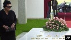 Jovanka Broz pored grobnice u kojoj je sahranjen bivši jugoslovenski predsednik Josip Broz Tito, 4. maj, 2001
