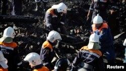 13일 러시아 비상사태부 직원들이 노브고로드주 루카 마을의 정신병동에서 발생한 화재 현장에서 사체를 옮기고 있다.