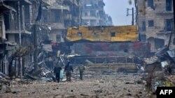 مشرقی حلب کے علاقے بوستان القصر میں حکومتی فورسز کے اہلکار گشت کر رہے ہیں۔ یہ علاقہ پہلے باغیوں کے قبضے میں تھا۔