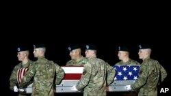 一组美国陆军士兵在多佛空军基地抬着在阿富汗阵亡的陆军中士林德洛·贾索的灵柩。(2018年11月26日)