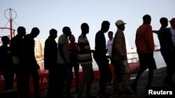 Para migran yang diselamatkan dari perahu karet mereka di Laut Tengah tiba di pelabuhan Malaga, Spanyol selatan (7/7).