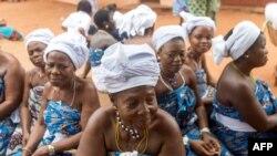 Les habitants se réunissent pour les funérailles, à Abomey, le 11 août 2018.