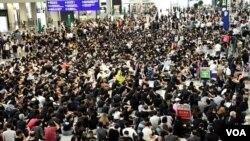 """數以千計香港市民參與8月9日繼續""""和你飛""""第二次機場反送中集會,幾乎坐滿入境大堂。(攝影: 美國之音湯惠芸)"""
