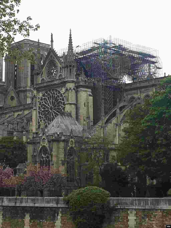 اختصاصی صدای آمریکا | کلیسای نوتردام یک روز پس از آتش سوزی مهیب؛ کلیسای جامع نوتردام پاریس که قدمتی نزدیک هزار سال دارد، از مهم ترین بناهای فرانسه است.