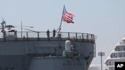 En esta foto de archvio del 6 de marzo de 2016 se ve la bandera de EE.UU. ondeando en el USS Blue Ridge de la Armada de EE.UU. en Manila, Filipinas.