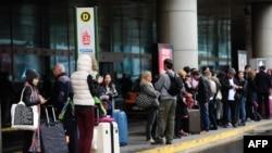 Para calon penumpang antri di bandara Ataturk, Istanbul, Turki (Foto: dok).