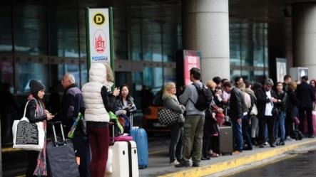 安卡拉星期六告诫土耳其公民推迟非紧急性到俄罗斯的旅行。照片为资料照,显示2015年3月31日旅行者在伊斯坦布尔阿塔图尔克机场外排队等候的情形。