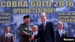 9일 아태지역 다국적 연합 군사훈련인 '코브라 골드 2016'이 태국에서 시작된 가운데, 방콕 인근에서 열린 개막 행사에서 소마이 카오티라 태국 군 단장(왼쪽)과 글린 데이비스 태국 주재 미 대사가 악수하고 있다.