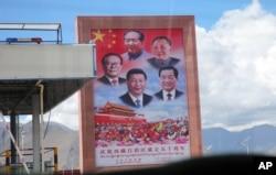 2015年9月17日,拉萨的公路旁展示的中国领导人看板。图板上领导人的上下排列顺序是由旧到新。