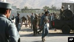 Nhân viên an ninh nước ngoài và Afghanistan tại hiện trường sau vụ đánh bom tự sát ở Kabul, ngày 22/7/2014.