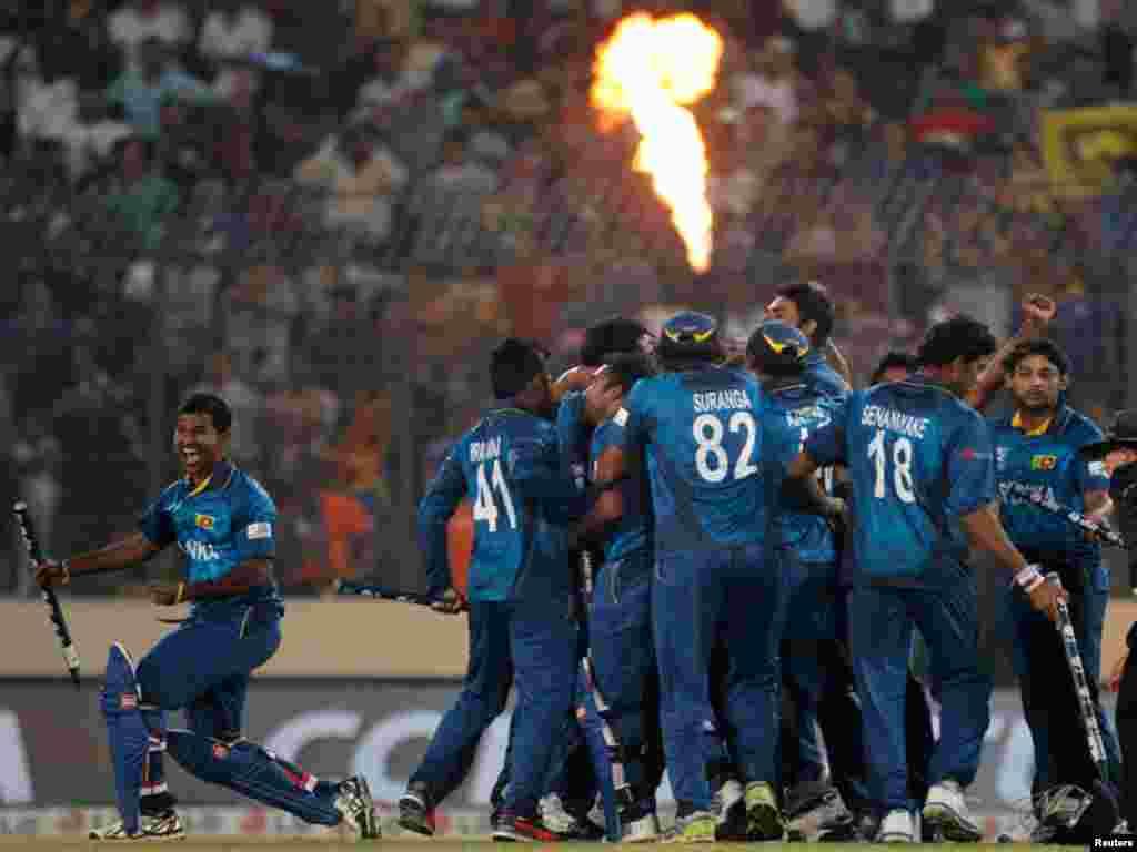 سری لنکا کے کھلاڑیوں نے میدان میں جشن منایا، جس موقعے پر شاندار آتش بازی ہوئی
