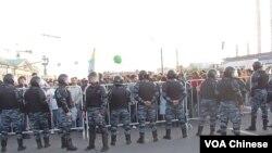 5月6日莫斯科反普京集会。示威者和警察 (美国之音白桦)