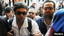 محمد عادل (راست) در کنار احمد ماهر بنیانگذار و رهبر پیشین «جنبش ششم آوریل». ماهر سی ام نوامبر خود را به دادگاه قاهره تسلیم کرد.