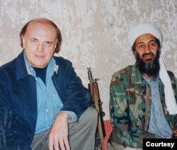 Sau sáu ngày chờ đợi tại một khách sạn thuộc thành phố Jalalabad của Afghanistan, nhóm phóng viên CNN đã được bịt mắt, liên tục bị xét người và chở vòng vèo qua các vùng núi đồi gập ghềnh của Afghanistan để đến gặp Bin Laden. (Hình: Peter Arnett cung cấp)