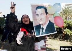 Hüsnü Mübarek'in bir destekçisi mahkeme kararını kutluyor