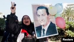 Mfuasi wa rais wa zamani Hosni Mubarak asherehkea nje ya hospitali ya kijeshi ya Maadi Cairo November 29, 2014.