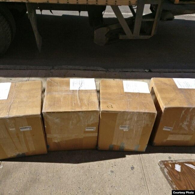 """Kardus-kardus berisi buku-buku yang berhasil dikumpulkan melalui proyek """"Buku Terbang"""" (dok: Buku Terbang)"""