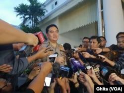 Kadiv Humas Polri Inspektur Jenderal Muhammad Iqbal memberikan keterangan pers di Istana Kepresidenan Jakarta, Senin (9/12). (Foto: VOA/Ghita)